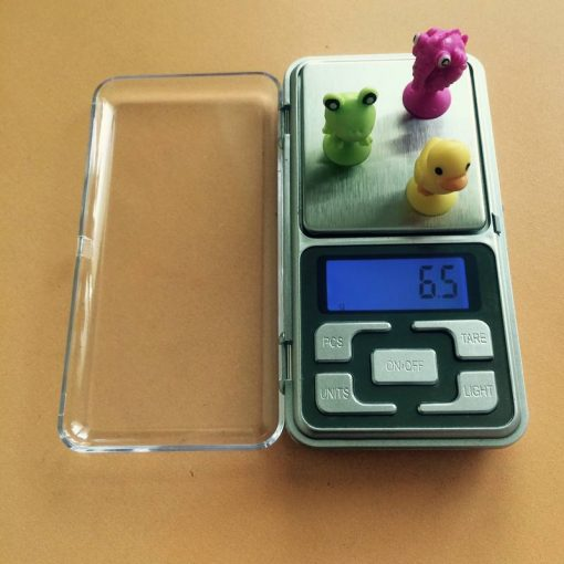 Praktická váha na gramy v akcii pri vážení